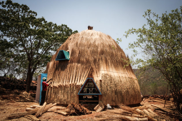 The thatch is composed of bundles of straw assembled on the underlying structure and cut to form a dome [Stefano Mori]